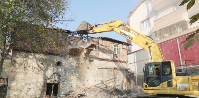 Hasarlı yapıların yıkımını sürdürüyor