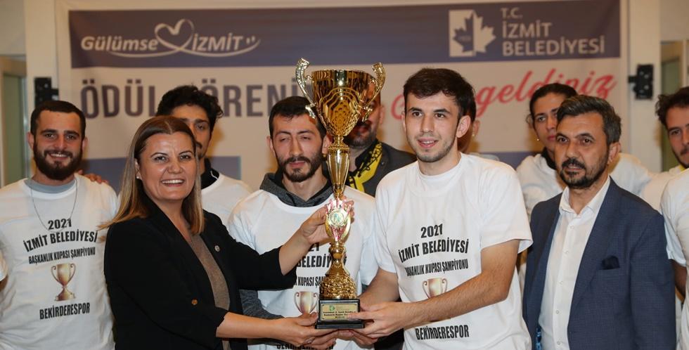 Bekirderespor'a şampiyonluk kupasını Başkan Hürriyet verdi